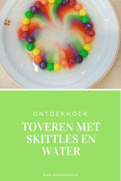 Nodig: Skittles, water en een plat bord met kleine opstaande rand
