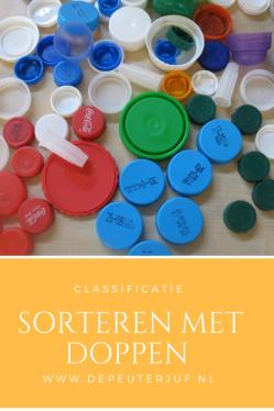 Nodig: Plastic doppen in verschillende kleuren en maten